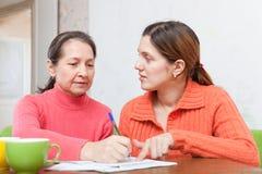 Серьезные женщины заполняют внутри документы Стоковое фото RF