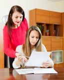 Серьезные женщины с финансовыми документами Стоковое Фото