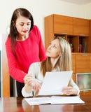 Серьезные женщины с финансовыми документами Стоковое Изображение