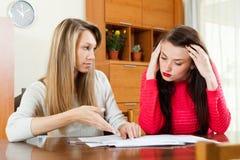 Серьезные женщины с финансовыми документами Стоковые Изображения RF