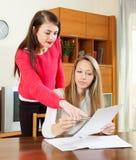 Серьезные женщины с финансовыми документами Стоковая Фотография RF
