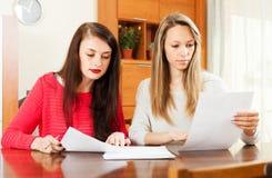 Серьезные женщины читая документы Стоковые Фото