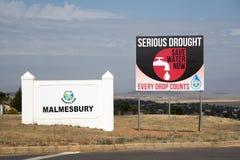 Серьезные засуха и нехватка воды в знаке Южной Африки Стоковое Изображение RF