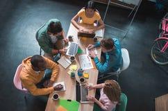 Серьезные коллеги имея работу в современном офисе Стоковое фото RF