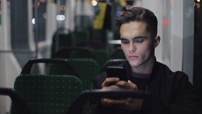 Серьезные люди используя смартфон пока трамвай катания, снятое steadicam движение медленное сток-видео