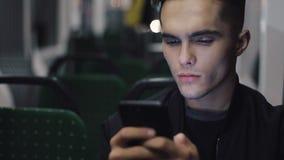 Серьезные люди используя смартфон пока трамвай катания, снятое steadicam движение медленное видеоматериал