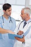 Серьезные доктора говоря о файле Стоковое Фото