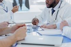 Серьезные домашние врачи анализируя фото рентгеновского снимка Стоковая Фотография RF