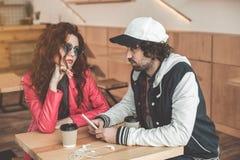 Серьезные пары имея дату в кафе Стоковое Фото