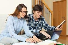 Серьезные пары студента подготавливая для встречи совместно Стоковые Фото