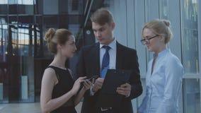 Серьезные работники обсуждая деловые вопросы стоковая фотография