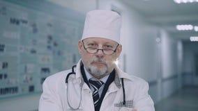 Серьезные руки скрещивания доктора и смотреть камеру 4K сток-видео