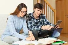 Серьезные студенты подготавливая для экзамена совместно Стоковая Фотография RF