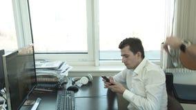 Серьезные творческие люди обсуждают проект за ПК в офисе акции видеоматериалы