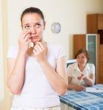 Серьезные унылые женщины читая документы Стоковые Фото