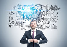Серьезные человек и мозг с шестернями Стоковая Фотография
