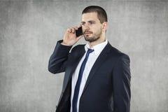 Серьезный бизнесмен говоря на телефоне стоковые фотографии rf