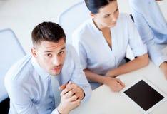 Серьезный бизнесмен на встрече в офисе Стоковое Изображение