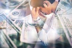 Серьезный бизнесмен работая с анализом финансовым на офисе Стоковые Фото