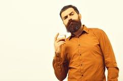 Серьезный бородатый битник человека с стеклом вискиа в оранжевой рубашке стоковое изображение rf