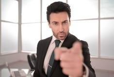Серьезный босс указывая на вас стоковое изображение rf