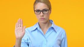 Серьезный женский менеджер показывая открытую ладонь, останавливает сексуальные домогательства на работе видеоматериал