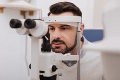 Серьезный красивый пациент имея его зрение быть испытанным Стоковое Изображение RF