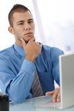 Серьезный молодой бизнесмен Стоковое Изображение RF
