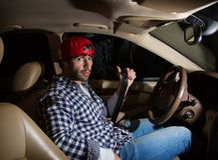 Серьезный молодой красивый водитель подготавливая buckle seatbel безопасности Стоковая Фотография RF