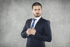 Серьезный молодой бизнесмен стоковая фотография