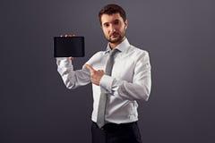 Человек указывая перст на ПК таблетки стоковое изображение