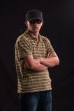 Серьезный молодой человек с солнечными очками и шляпой бейсбола стоковое изображение