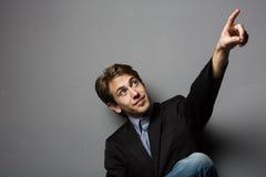 Молодой человек указывая вверх Стоковые Изображения