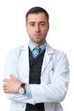 Серьезный мужчина доктора с пересеченными оружиями и изолированный вахта в наличии Стоковое фото RF