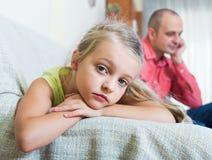 Серьезный папа и маленькая девочка враждуя внутри помещения стоковые изображения