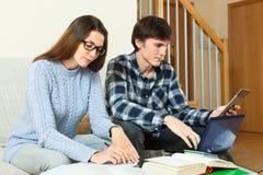 Серьезный парень и девушка подготавливая для экзамена совместно Стоковое Изображение RF