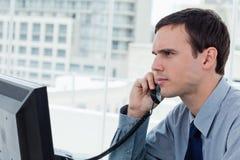 Серьезный работник офиса на телефоне стоковое изображение rf