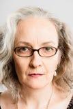 Backgrou серого цвета определения серьезных людей портрета женщины реальных высокое Стоковое Изображение RF