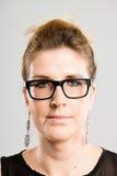 Предпосылка серого цвета определения серьезных людей портрета женщины реальных высокая Стоковое Фото