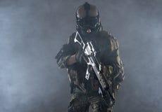 Серьезный солдат держа штурмовую винтовку в руках стоковые фотографии rf
