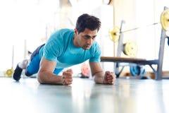 Серьезный спортсмен делая тренировку брюшка стоковая фотография