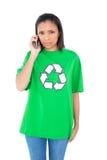Серьезный темный с волосами экологический активист звоня телефонный звонок Стоковые Фото