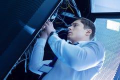 Серьезный умелый оператор ремонтируя провода стоковые изображения rf