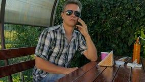 Серьезный человек говоря на Smartphone видеоматериал