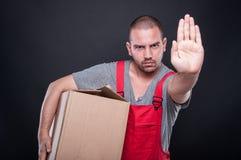 Серьезный человек движенца держа жест стопа показа коробки Стоковое Изображение