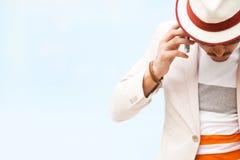 Серьезный человек моды в шляпе вызывая на телефоне стоковое изображение rf
