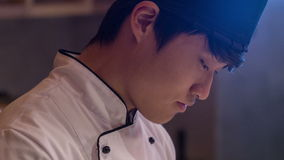 Серьезный шеф-повар стоя в кухне ресторана видеоматериал