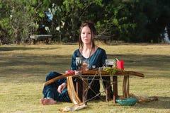 Серьезный Priestess с языческим алтаром Стоковая Фотография