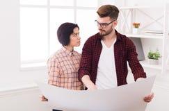 2 серьезных архитектора обсуждая строящ план Стоковые Изображения RF