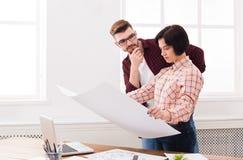 2 серьезных архитектора обсуждая строящ план Стоковое Изображение